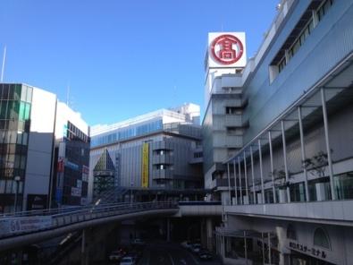 柏駅西口。真ん中も右の建物も高島屋、他に2つぐらい別館がありました。駅から降りたら右も左もわからない状態になって焦った(笑)