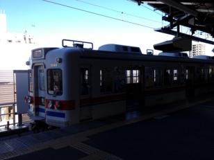 これも逆光になってしまいましたが京成金町線の電車。ちょっとレトロなデザインですね。