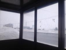 吹雪始めて来たのでバス停に避難